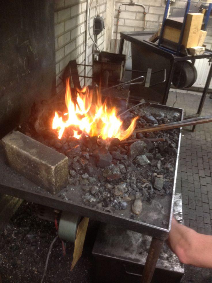 Metallityöpajan ahjo lämmitti mukavasti kankkuani. Miehet kylläkin lämmittivät sillä metallia.