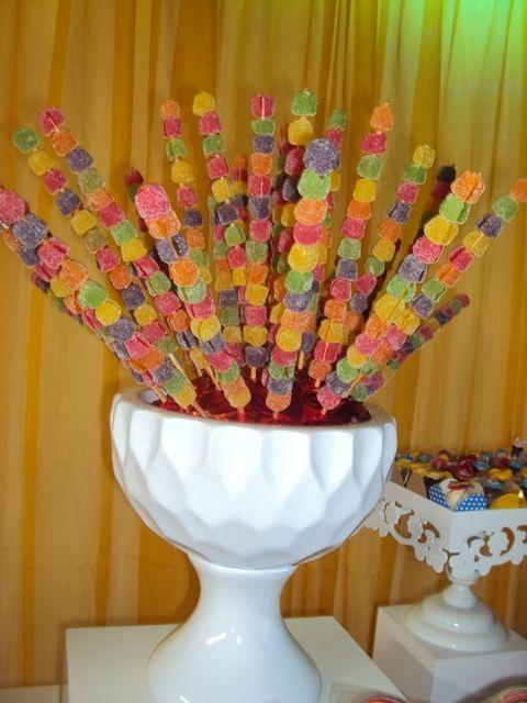 """Brochetas hechas con gominolas. Una buena idea  para centro de mesa/ Birthday """"Circus Miguel"""""""
