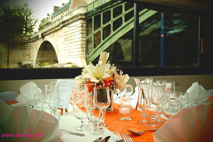 Décoration de table sur le thème Pop Orange sous les ponts de Paris !