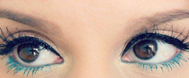 cliomakeup-trucco-mascara-colorato-18-eyeliner-Un trucco veloce ma di effetto: mascara colorato sotto (enfatizzato da una matita dello stesso colore), nero e eye-liner sopra. Credits: @sophiesmakeupblog.blogspot.com