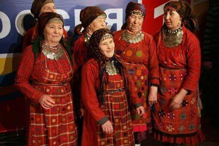 Zes fleurig geklede oudere dames in klederdracht vertegenwoordigen vanavond het Eurovisie Songfestival voor Rusland. De vrouwen komen uit het dorpje Buranovskiye, gelegen in de deelstaat Oedmoertië.
