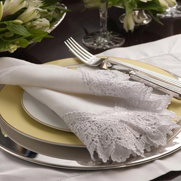 Boa Noite a todos! #receberbem #jantaremfamilia #guardanaponormandie #temqueter #tableware #vestiramesa #taniabulhoes. www.taniabulhoes.com.br