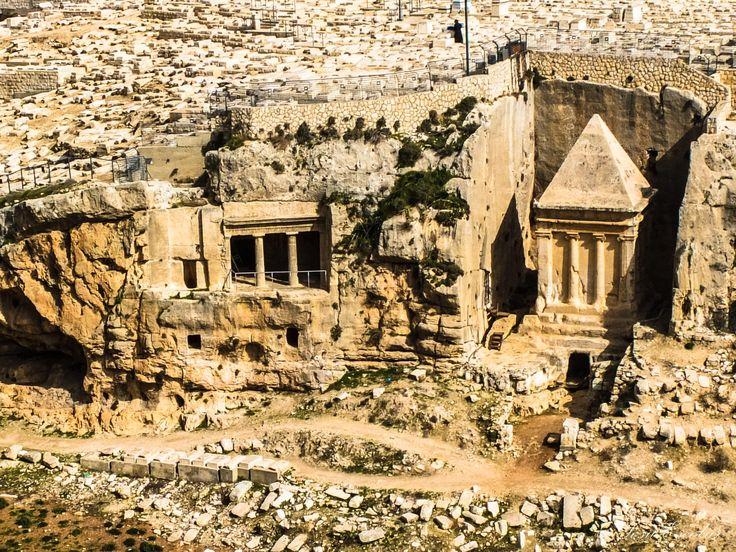 El valle de Cedrón o Valle de Kidron (hebreo : he, Naḥal Qidron; en árabe : wādī al-juz, ar, Wadi al-Joz) es un valle situado en Israel, concretamente entre Jerusalén y el monte de los Olivos y es un sitio mencionado frecuentemente en la Biblia. En la parte inferior del valle hay un río que da el nombre al valle, aunque éste no transcurre todo el año (alrededor de 9 meses al año), si bien se dan en ocasiones lluvias torrenciales en el período invernal. El río ha formado el estrecho canal del…