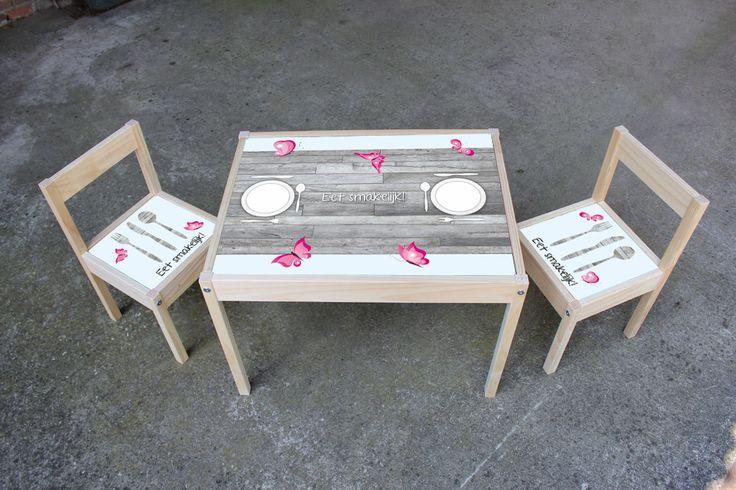 Houten set Met deze tafel en 2 stoeltjes kun je voor je kind een leuke speelplek maken. Of denk aan een tafel om aan te eten voor de kleintjes, dan is de maaltijd gelijk een groot feest. De set is gemaakt van massief grenen. Deze set is in verschillende printjes verkrijgbaar, kijk snel op www.defabriekmuurstickers.nl