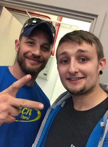 fan pic di ieri 29/06/2017 Which famous star recently came into one of our stores? Drum roll please..... It was... TOM HARDY! So many of you guessed correctly! For a bonus question, can you tell us which film it was that he had to put on over 40lbs of muscle for? https://www.facebook.com/Ecigwizard/photos/rpp.155683454486310/1388929041161739/?type=3&theater #tomhardy