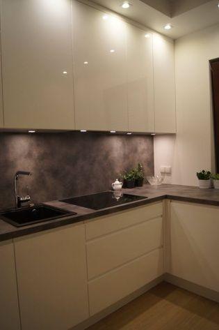 Fot Kuchnia z laminowanym blatem (ten sam materiał zastosowano na ścianie nad blatem), fronty MDF pokryte lakierem w połysku, Nataly Design,  www.nataly.pl