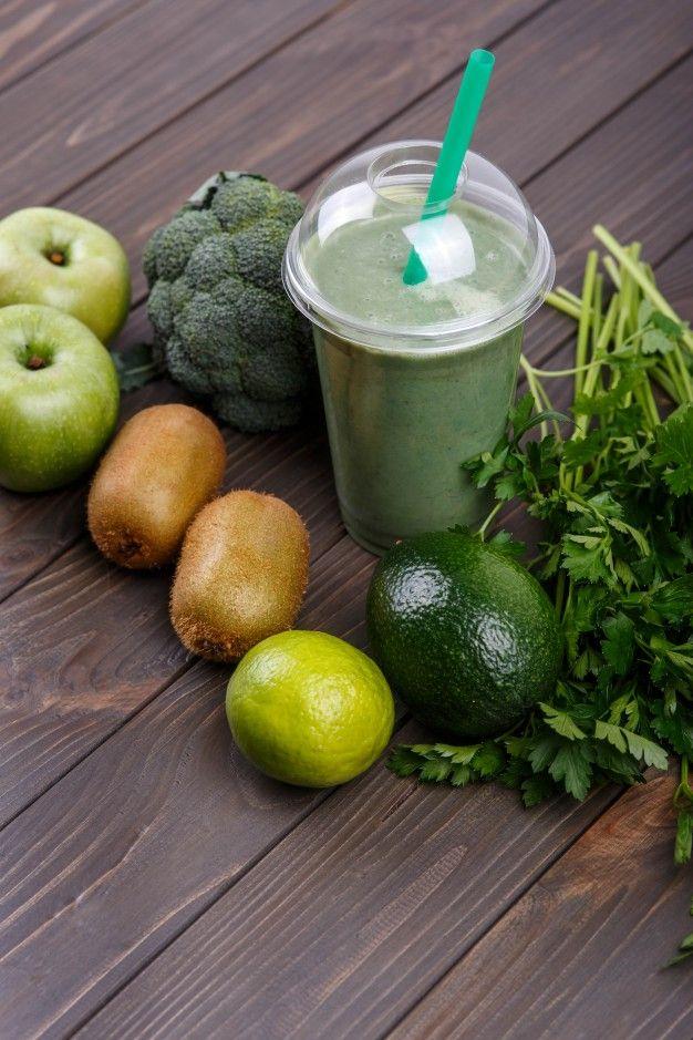 Smoothies com maçãs, kiwi, limão, brócolis, salsa e abacate Foto gratuita