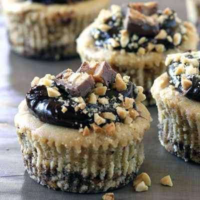 Guaranteed Chocolate Craving: Oh Henry! Baby Cakes: Desserts, Cakes Recipes, Chocolates Cravings, Peanut Butter, Minis Cheesecake, Baby Cakes, Cheesecake Cupcakes, Cream Cheeses, Cheese Cupcakes