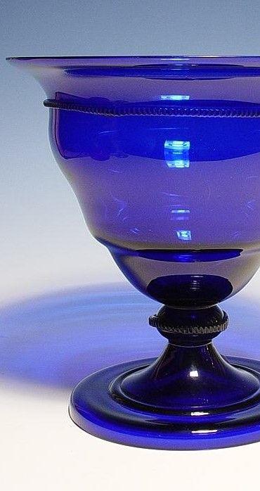 Vase Entwurf Mauder FS Zwiesel um 1913-20 aa120 Vase. Blaues Glas. Nodus und Kelch mit aufgelegtem Zwackelband. Signiert TM (Theresienthal Mauder). Entwurf Prof. Bruno Mauder, Glasfachschule Zwiesel um 1913-20. Ausgeführt durch die Theresienthaler Kristallglasfabrik. Höhe 18 cm.