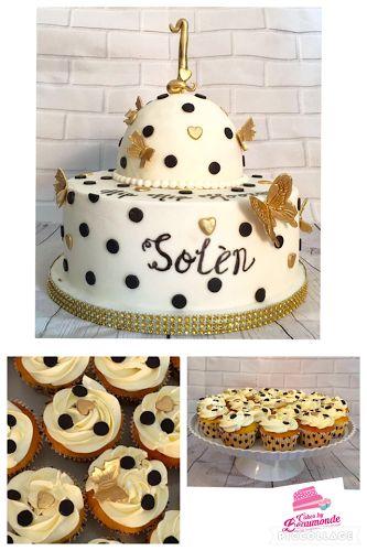 Taart in wit met zwarte stippen en gouden hartjes / vlinders. Ter gelegenheid van de 1e verjaardag. Inclusief een meptaartje dat er vanaf gehaald kan worden en 30 bijpassende cupcakes.