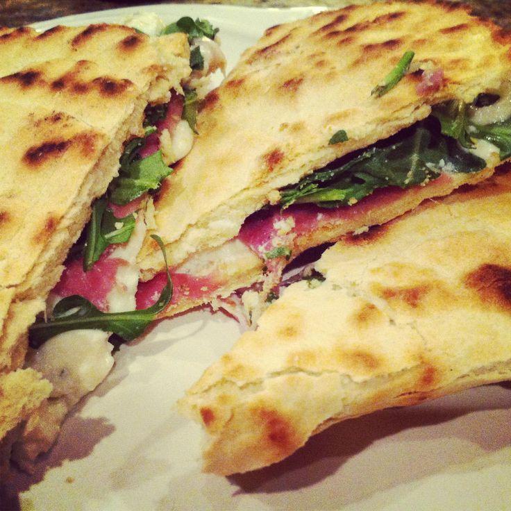 PIADINA - Italian flat bread stuffed with cheese, prosciutto and aruglua #piadina #yummy #italianrecipe #italiancuisine