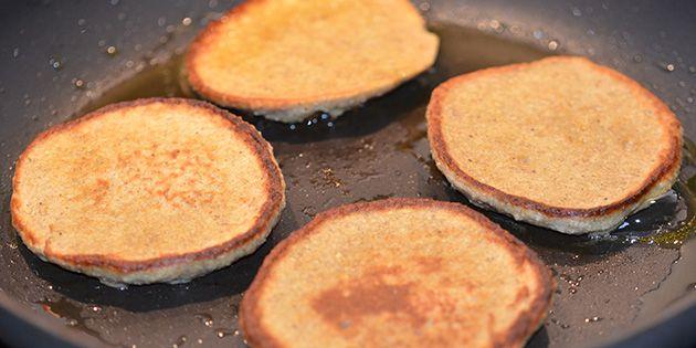Lækre bananpandekager med havregryn og et strejf af vanilje. De er nemme at lave, og så er de fulde af fuldkorn og protein.