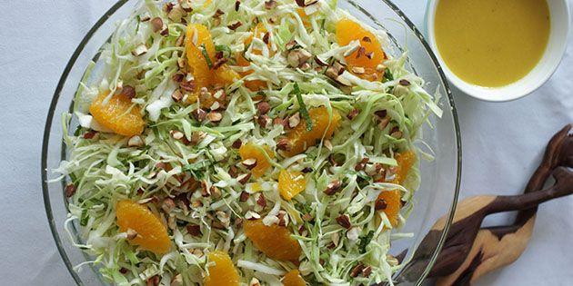 Super nem salat med fintsnittet spidskål, søde appelsinstykker og knasende mandler.