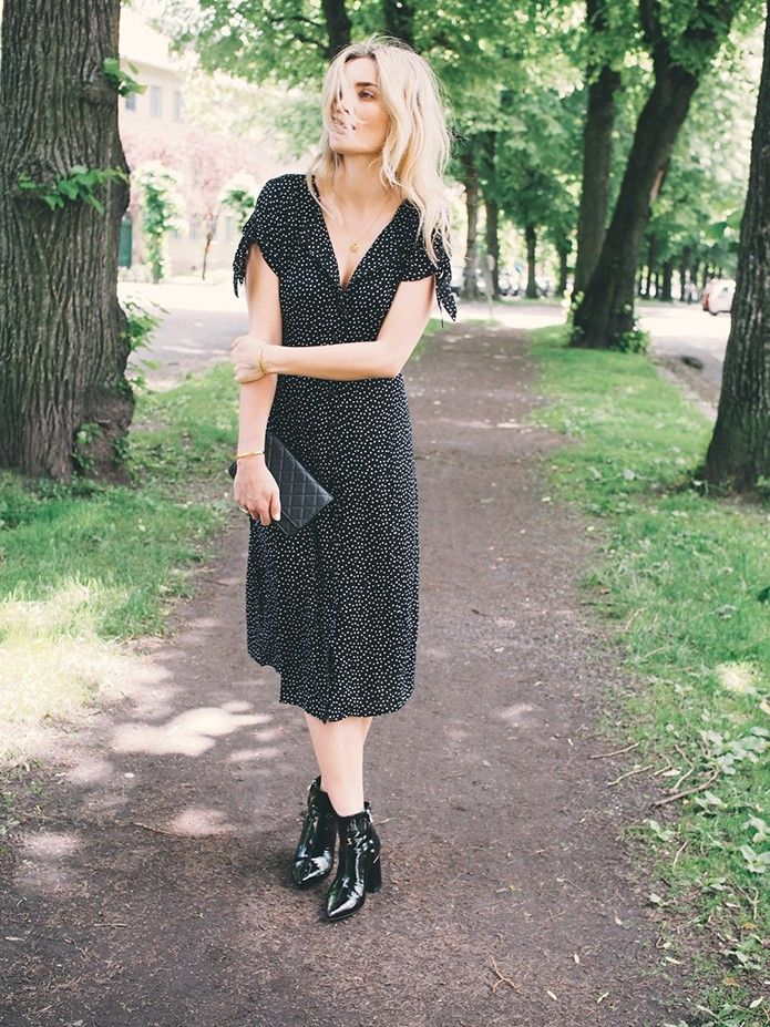 – Inneholder annonselink – DETTE LIKER JEG AKKURAT NÅ! Det er mange sommerfester i løpet av juni og med skiftende ustabilt vær gjelder det å være kreativ med garderoben. Min yndlingskombo akkurat nå ersøte kjoler og ankelstøvletter i sort lakk. Perfekt for hagefester da hælen ikke borrer seg ned i gressplenen og jeg føler meg