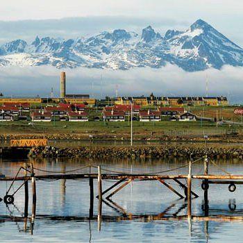 En Argentine, voir Ushuaïa Une impression de bout du monde. Ushuaïa est la capitale de la province argentine de la Terre de Feu, au sud extrême de l'Amérique du sud. Elle dispose d'un port en eaux profondes qui est le plus proche de l'Antarctique. Sur les îles alentours, on y trouve des cormorans, des manchots de Magellan ou des lions de mer. Le climat subpolaire de la ville est océanique et comparable à celui de Reykjavík en Islande.