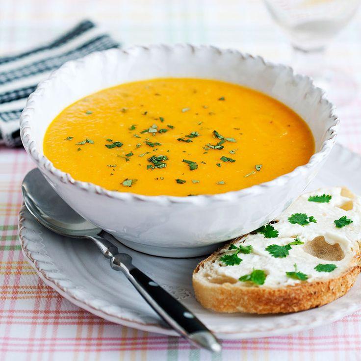 En härligt guldgul soppa med billiga ingredienser och mycket smak!
