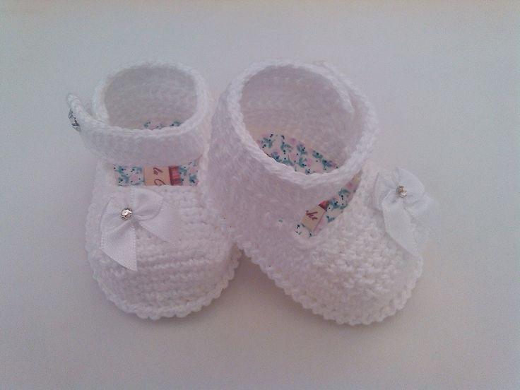 Sapatinho de croche <br> <br>Confeccionados com linha 100% algodão <br> <br>Tamanhos: <br> <br>14 - 0 a 2 meses <br>15 - 2 a 4 meses <br>16 - 4 a 6 meses <br> <br>Informe o tamanho no ato da compra