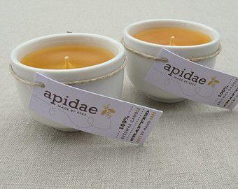 Set von zwei Bienenwachskerzen in weißen ochoko (Sake-Tasse)