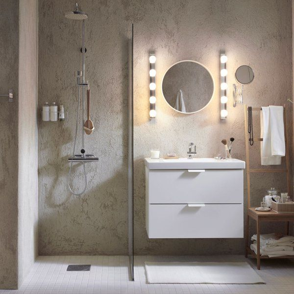 """Pour donner à sa salle de bains un côté bohème, on adopte une applique façon loge d'artiste mais on """"pimpe"""" sa pose en l'installant à la verticale plutôt qu'à l'horizontale. Ainsi, les LED viennent encadrer le miroir et diffusent une lumière douce dans la salle de bains"""