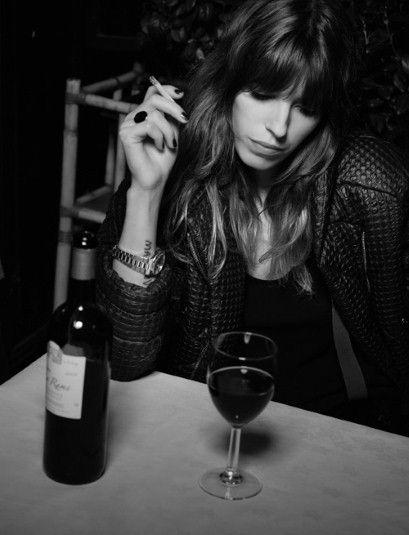 Clope au bec et verre de rouge, la Parisienne par Lou Doillon !