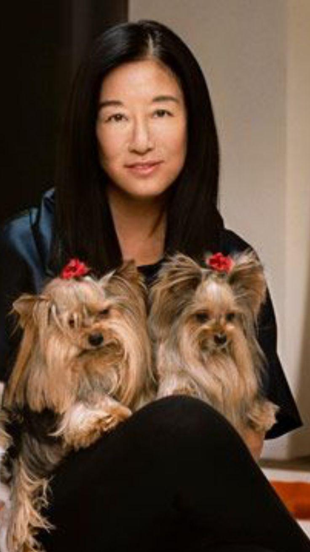 Vera Wang è una stilista statunitense di origini cinesi. Nota soprattutto per abiti da sposa, ha studiato Storia dell'Arte alla The Chapin School e alla Sorbona di Parigi, città in cui ha iniziato ad avvicinarsi al mondo della moda.  Nella foto con i suoi due Yorkshire Sam e Lucy.