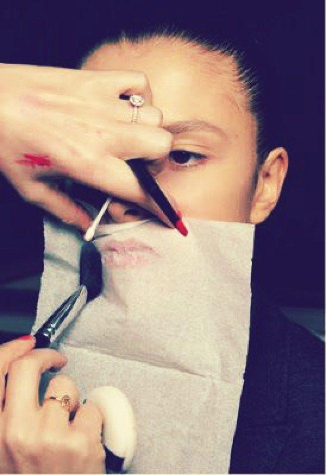 14 Truques de beleza para a hora de se arrumar em casa - Batom 24/7: Após aplicar o batom nos lábios, posicione um lenço de papel bem fino na boca e aplique uma camada de pó compacto com a ajuda de um pincel próprio por cima do lenço. Faça isso após o batom estar seco nos lábios, para não grudar. A cor fixará na boca por muito mais tempo.