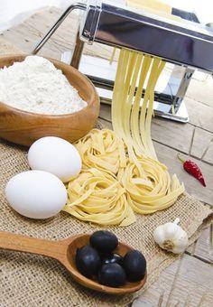 La pasta casera es muy sencilla de preparar y tiene un sabor fresco y delicioso. La pasta solo lleva huevo y harina y hay algunas recetas que también le agregan aceite de oliva.