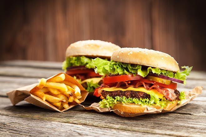 Lorsque l'on suit un régime hypocalorique pour perdre du poids, un cheat meal est très bénéfique pour booster le métabolisme et relancer la perte de poids.