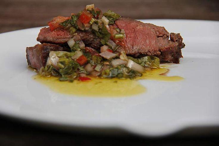 Maak zelf Argentijnse chimichurri. Een licht zure, pittige saus die perfect combineert met rundvlees van de bbq of grill