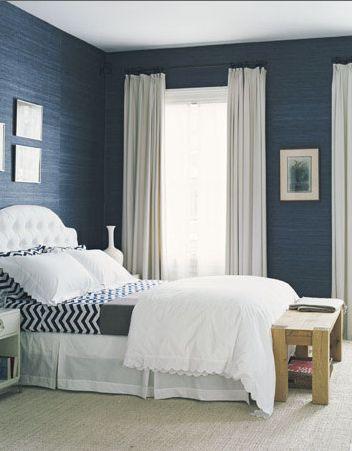 navy blue muren met wit houtwerk voor logeerkamer