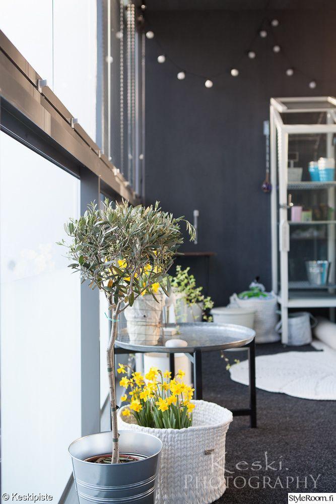 """Iloisen väriset narsissit tuovat väriä käyttäjän """"Keskipiste"""" parvekkeelle. #styleroom #inspiroivakoti #parveke"""