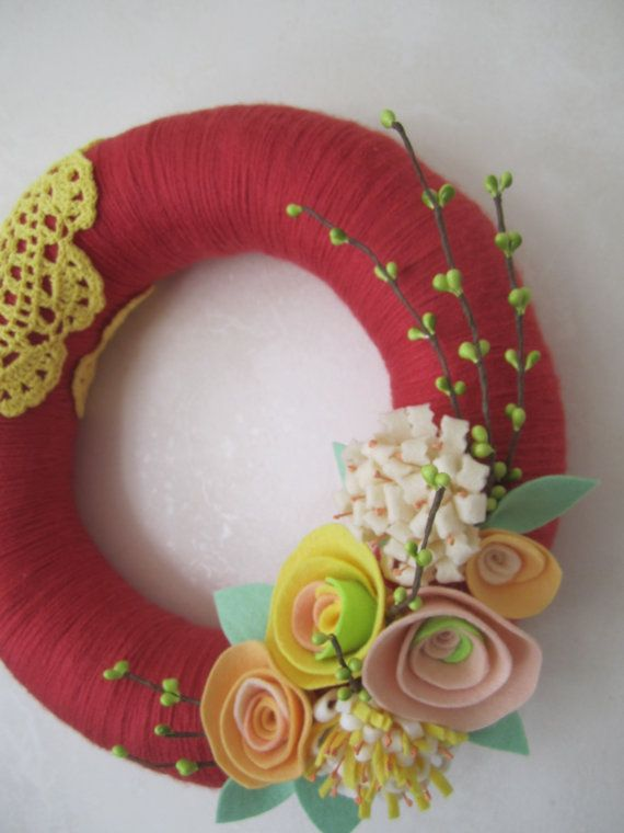 Etsy の Rouge Yarn Wreath with Doily  12 by polkadotafternoon
