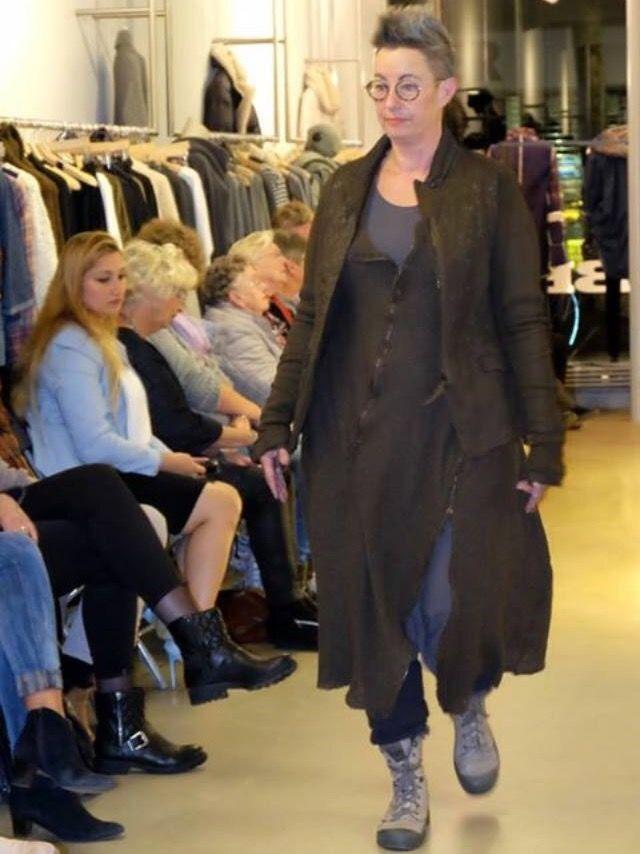 Grijze jurk van  met daaroverheen een gebreide jurk lange mouw met 2 ritsen en een erg mooi jasje met bijzondere mouwen, alles Rundholz en schoenen van Palladium.