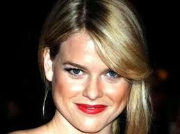5. Star Trek actress Alice Eve has absolutely stunning two-toned blue eyes.