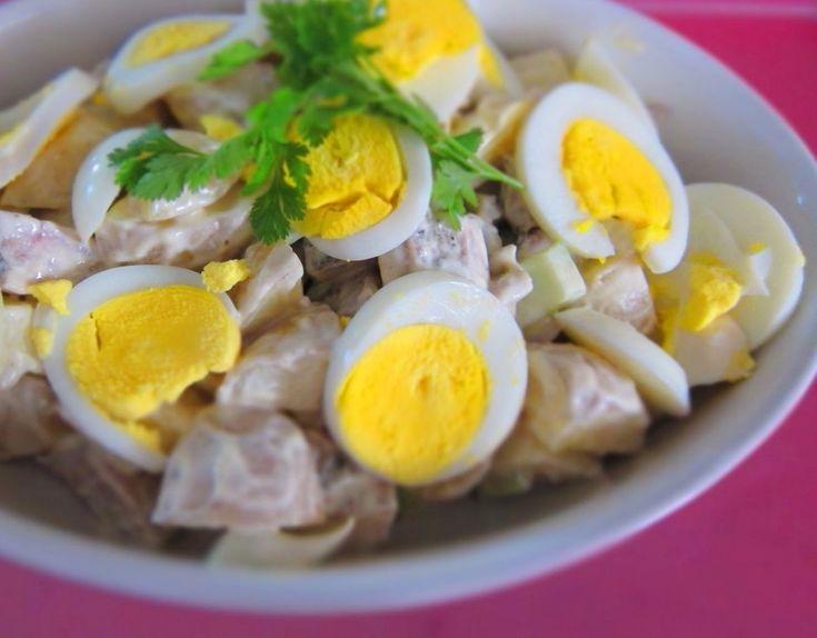 A salada Algarvia é uma salada simples de atum fresco com amêijoas.Salada deliciosa especialmente para o Verão, a combinação de ovo, atum fresco, amêijoas cria uma salada nutritiva e refrescante.