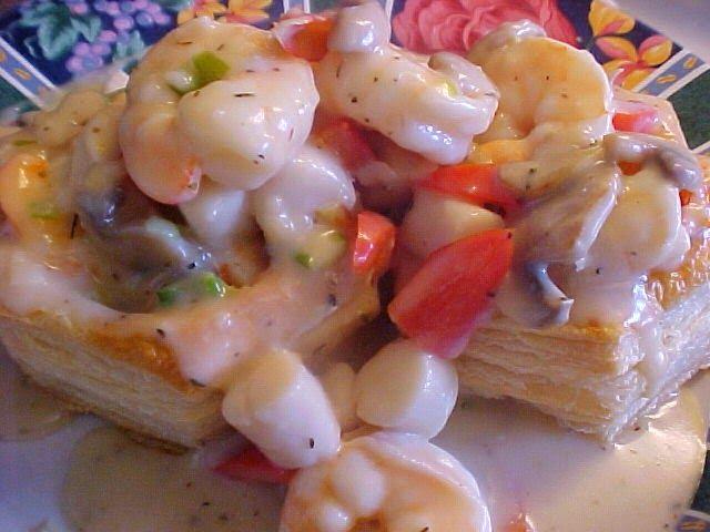 la table en fête : Vol-au-vent aux fruits de mer, sauce à la crème et au vin blanc