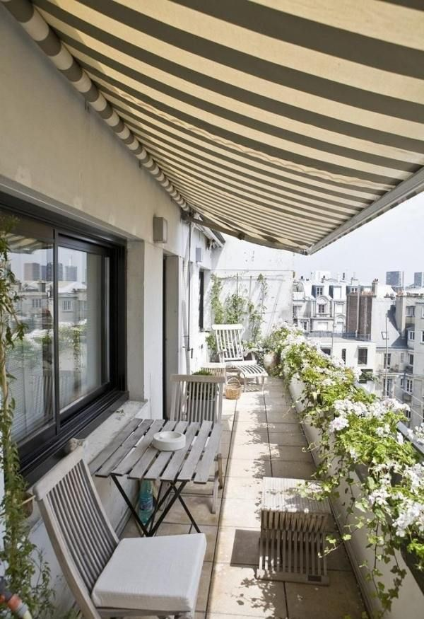 Sicht und sonnenschutz balkon markise blumen entlang geländer