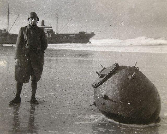 Nederlandse soldaat bij zeemijn - op achtergrond ss Jeannette - Vlieland 1939   Flickr - Photo Sharing!