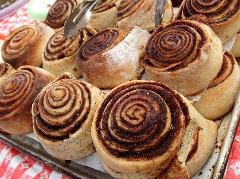 Egészséges fahéjas csiga RECEPT Tészta hozzávalók 2 – 2 ½ bögre (240-300g) teljes kiőrlésű/zabliszt 2 ¼ tk (7g) száraz élesztő 2 tk sütőpor ½ tk só ¾ bögre (180ml) langyos zsírmentes/nüvényi tej ½ ek (7g) sótlan vaj 1 ek (12g) kókuszvirágcukor (vagy bármilyen más édesítő, amit használsz – nyírfacukor, méz, eritrit   Töltelék hozzávalók Fahéjas: 5 ek (60g) kókuszvirág cukor/édesítő 2 tk őrült fahéj ½ ek (7g) sótlan vaj Kakaós: 5 ek édesítő 2 tk nyers kakaópor 30-40 g tejszín&...