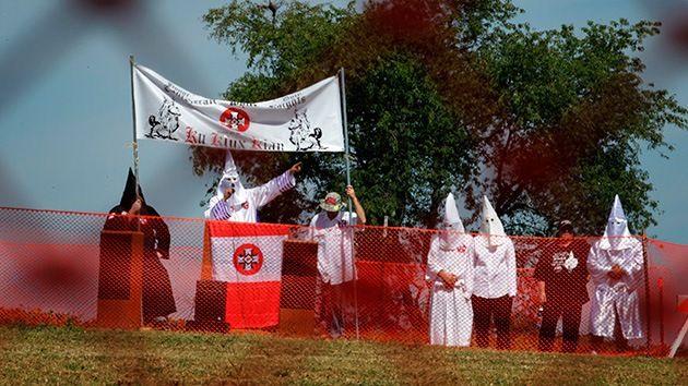 DivaDeaWeag / Il Ku Klux Klan dice soldati statunitensi li allenerà per la prossima guerra razziale.Prevede di iniziare l'addestramento militare per la prossima ''Guerra Razziale'',con l'aiuto dei soldati americani che hanno condotto missioni all'estero .Loyal White Knights Faction(Leali Cavalieri Bianchi)ha intensificato i suoi sforzi per reclutare nuovi membri per l'offensiva,soprattutto ai bambini,dice un rapporto da Barcroft media.