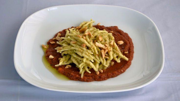 Trofie al Pesto di Arachidi su Caviale Rosso di Melanzane