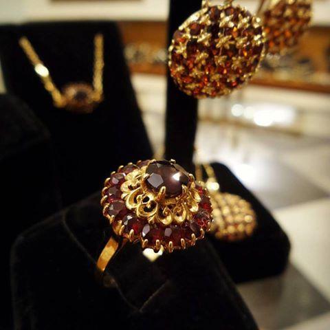 Granate? Encuentra piezas de joyería vintage con hermosos diseños en #anillos, #colgantes, #dijes, #broches, #aretes o #pendientes. Para regalar y regalarte aquí en 1920 V&N Antiques!  Teléfono : 3032661   #granate #oroamarillo #joyeríavintage #joyeríaantigua #piezasúnicas #elregaloperfecto #tiendaderegalos #regalate #amorporlosdetalles #amorporeldiseño #1920vnantiques #1920antiques #vintagejewelry