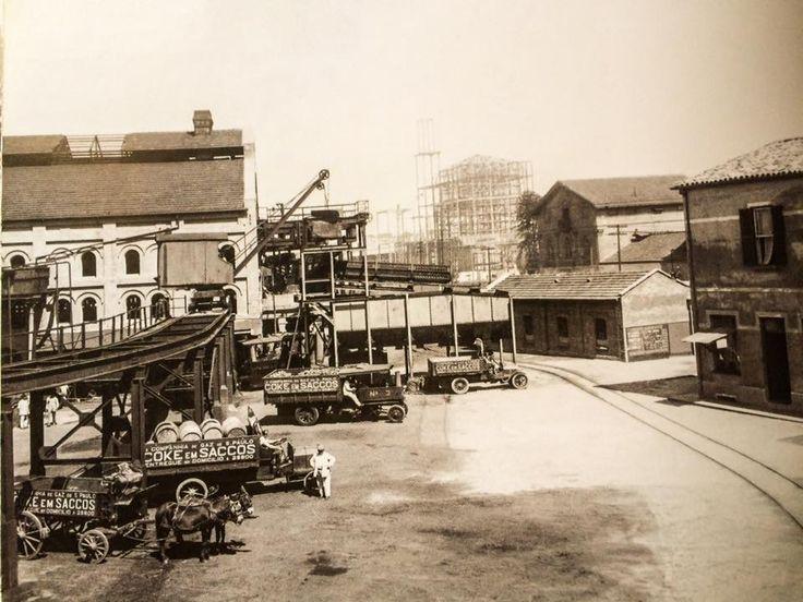 1915 - Gasômetro - descarga de carvão Coke no pátio. À esquerda a Casa das Retortas e ao fundo, em construção, o Palácio das Indústrias.