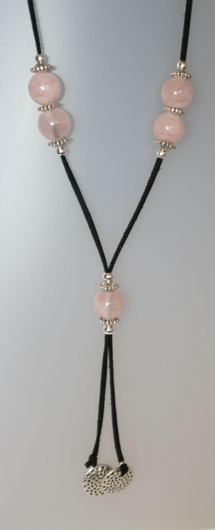 Collar de cuarzo rosa, 15 mm de diámetro, antelina negra i fornitures ajustables de metall platejades de la Col.lecció Fragments d'Àngels Canut. Una pieza.