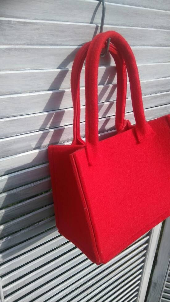 A stylish addition to any home, gorgeous and functional felt storage basket. Perfect for Christmas as a gift. Made of red felt. Felt is impregnated industrial 4 mm (0,16). Perfect for toys, cosmetics and trick ot treat basket. DIMENSIONS: 22cm/ 8,66 long x 12cm/4,72 deep, 15cm/ 5,91