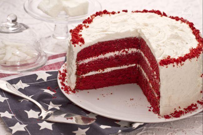 La Red Velvet è una classica torta americana la cui caratteristica è il contrasto di colori tra impasto e farcitura. Conoscete la torta Red Velvet? E' un classico dolce americano famoso per il forte contrasto di colori: l'impasto è rosso acceso, mentre la farcitura è bianca. Red Velvet Cake significa torta di velluto rosso. La Red Velvet ha avuto origine agli inizi del 900', ma è diventata famosa qui in Italia grazie a Buddy Valastro, il Boss delle Torte, proprietario di una delle...