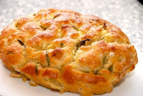 Focaccia er et godt, italiensk brød, der er er meget nem at bage. Dejen er lidt tynd, og der skal lidt olie til, men focaccia er et super godt madbrød. Foto: Guffeliguf.dk.