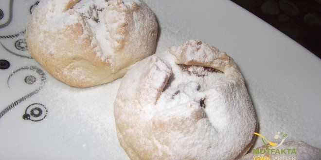 Elmalı Kurabiye Tarifi | Mutfakta Yemek Tarifleri  Bir kap içerisinde oda sıcaklığındaki margarin, yoğurt ve kabartma tozu yoğrulur. Margarin iyice eriyip yoğurtla beraber krema kıvamına gelene kadar yoğurma işlemine devam edilir. Krema kıvamına geldikten sonra azar azar un ilave ederek yoğurmaya devam edilir. Yumuşak bir hamur elde edene kadar yoğurma işlemine devam edilir. Yumuşak bir hamur elde edildikten sonra yaklaşık olarak 15-20 dakika dinlendirilmeye bırakılır. Hamur dinlenirken…