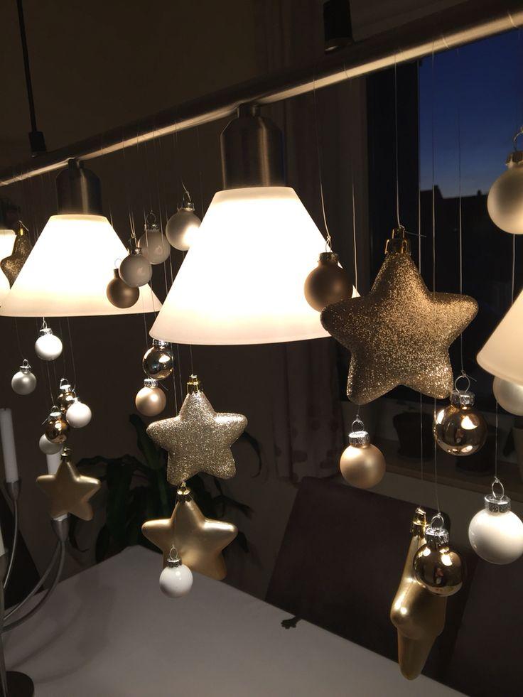 ⭐️Lampen Weihnachtsdeko⭐️schnell selbstgemacht⭐ Benötigt werden: Eine Angelschnur - viele bunte christbaumkugeln (kleine) Gold/Creme/ weiß Glanz und matt - sonstige Dekoration Das wichtigste: 1 Hängeleuchte