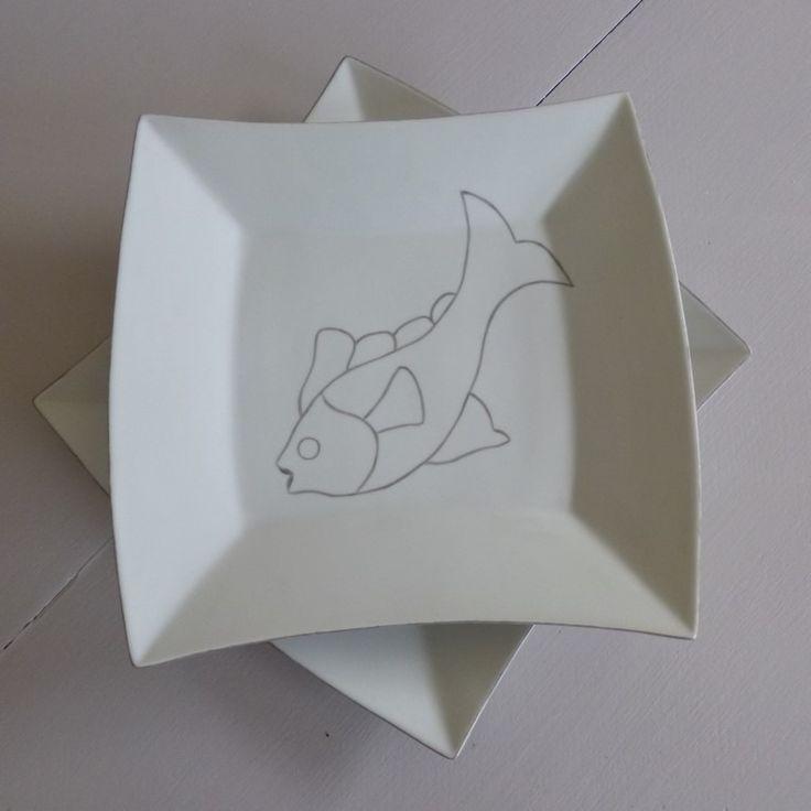 """Grande assiette ou plat en porcelaine peinte à la main décor """"poisson"""" : Vaisselle, verres par rue-de-la-rade"""